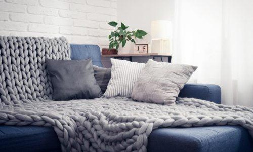 Sofá com um tapete em cima